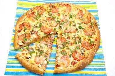 Піца з ковбасою, грибами, сиром і помідорами