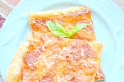 Піца з ковбасою та сиром в духовці